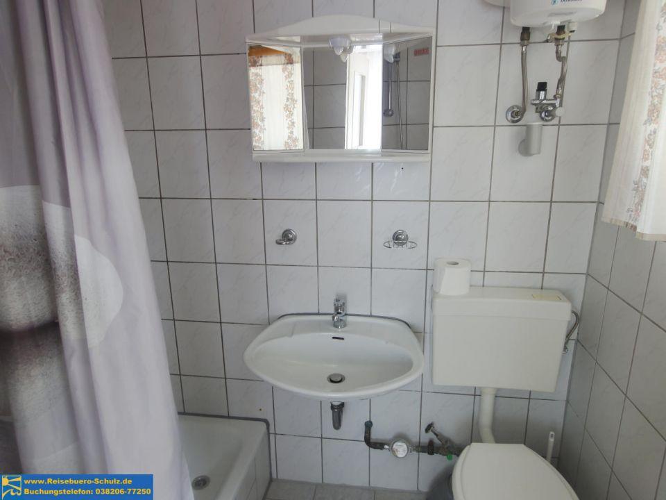 wohnzimmer mit integrierter küche: mit Doppelbett und Einzelbett ...
